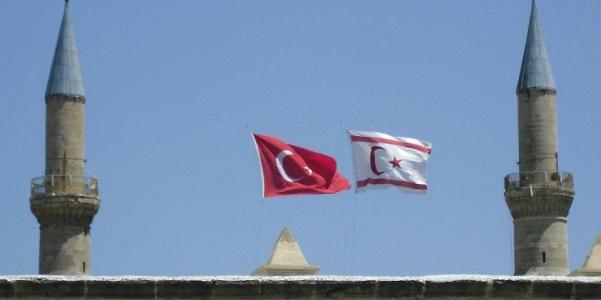 Le bandiere che indicano il confine della Repubblica turca di Cipro Nord