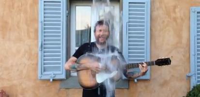 30485219_ice-bucket-challenge-la-sfida-del-secchio-di-jovanotti-video-6