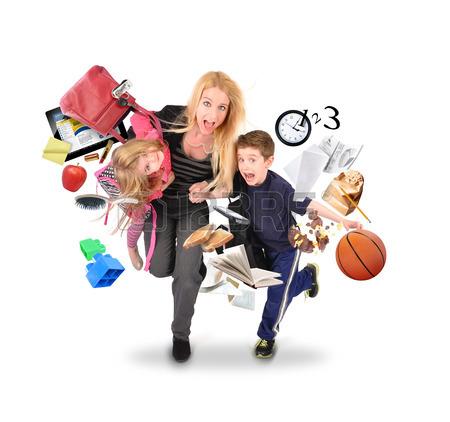 27820696-una-madre-e-in-ritardo-per-la-scuola-e-il-lavoro-mentre-correre-con-i-suoi-bambini-per-un-concetto-d