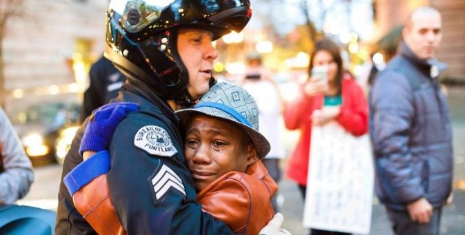 l-abbraccio-tra-poliziotto-e-manifestante-orig_main