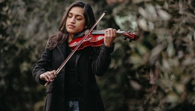 Priyanka Ravanelli e il suo violino che la porta in giro per il mondo